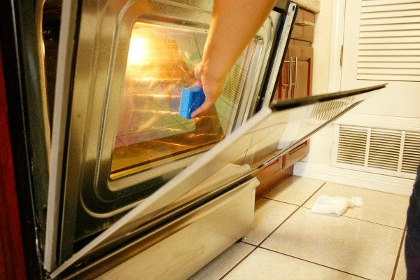 How to clean between the glass in your oven door without using any harsh chemicals.  It's surprisingly easy, and doesn't take that much time.  #ScotchBriteSponges #ad