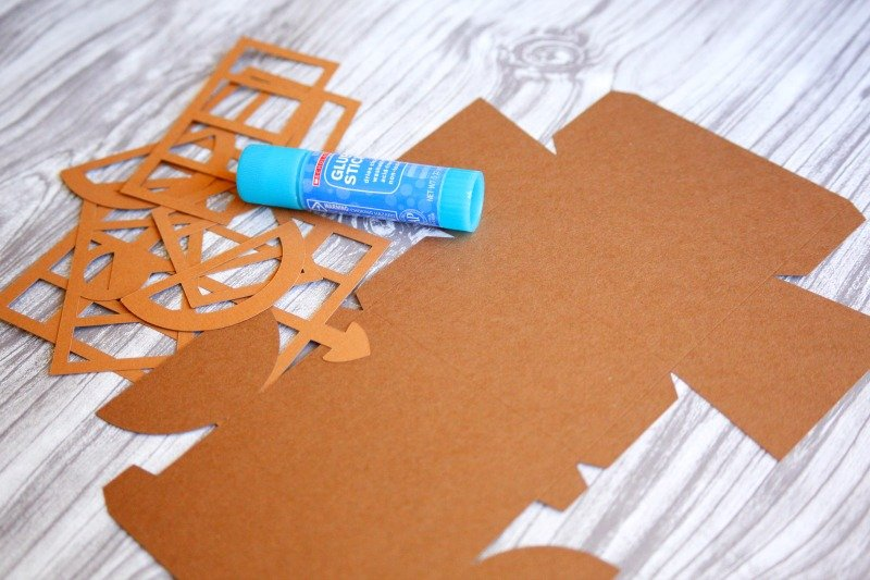 Here's an easy to follow tutorial for making these treasure chest treat boxes using the Cricut Explore - perfect for your Under the Sea/Mermaid party.