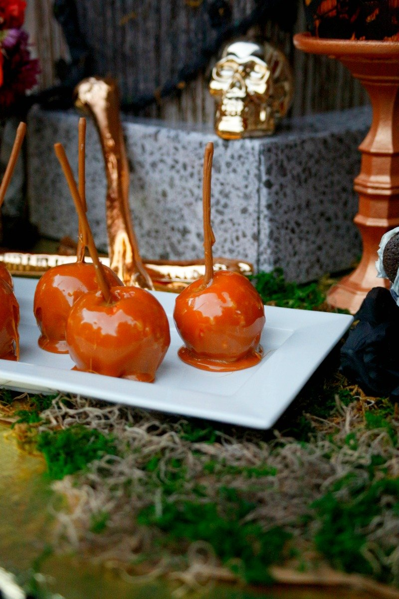 Candies apples for a creepy beautiful black and gold Halloween dinner party