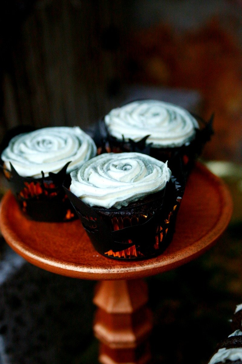 Creepy cupcakes for a black and gold Halloween dinner party