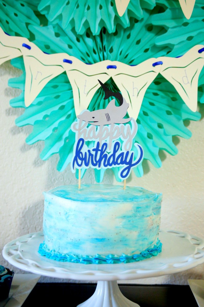 Weld images in Cricut Design Space to create custom cake toppers like this fun shark birthday party cake topper #CricutMade #sharkparty