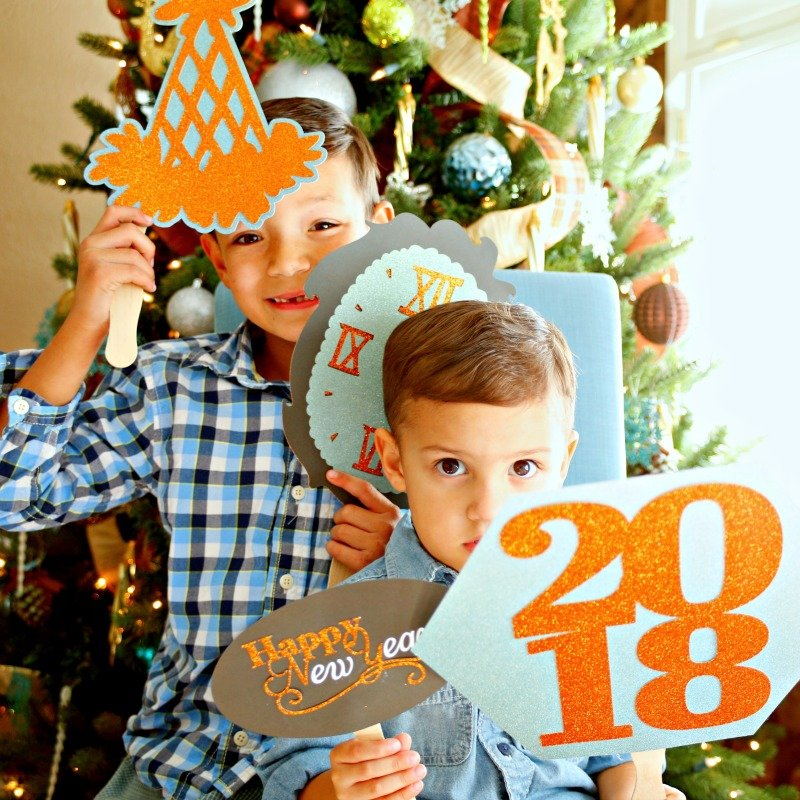 Get set for New Year's Eve with these fun and easy to make photo props.  #CricutHoliday