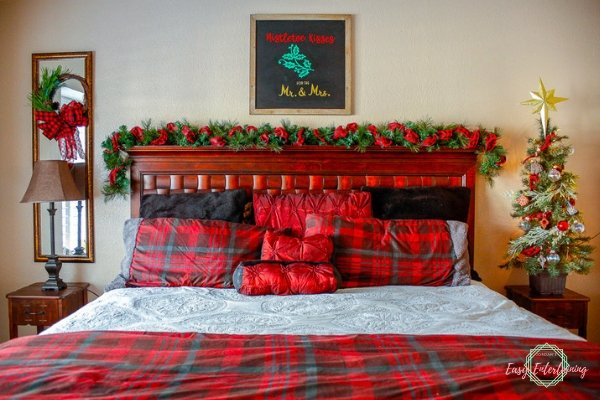 Buffalo plaid Christmas bedroom decoration ideas.