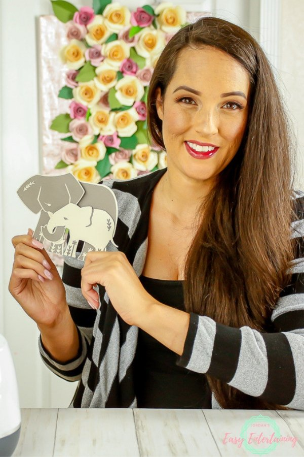 See how to make these adorable mama and baby elephant Cricut thank you cards with either your Cricut Explore or Cricut Maker machine! Perfect for invitations or to welcome a new baby too! #homemadewithlove #Cricut #papercrafts #invitations